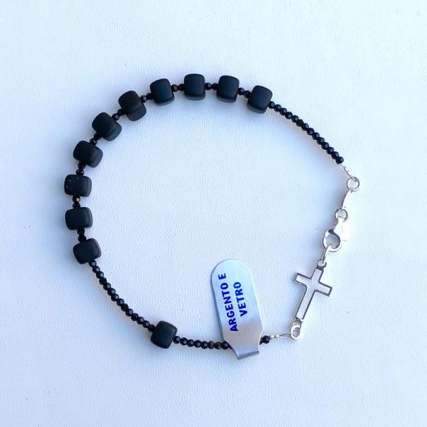 Bracciale decina rosario da uomo con 10 grani cubici in vetro sabbiato nero e croce e moschettone in argento.