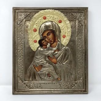 Icona Madonna di Vladimir dipinta a mano con risa cesellata a mano in rame argentato e coralli incassati, aureola dorata.